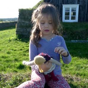 Henrietta joue avec Theodora la poupée