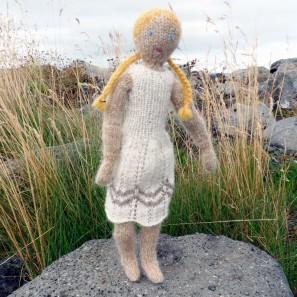 Theodóra, une poupée tricotée sans coutures