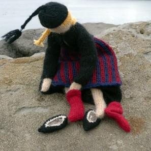 Poupée tricotée Theodora: détail chaussettes