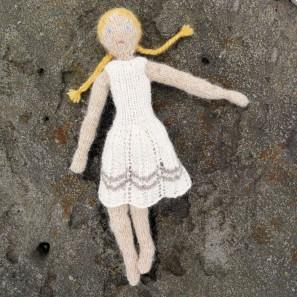 Poupée en tricot Theodóra par Hélène Magnusson