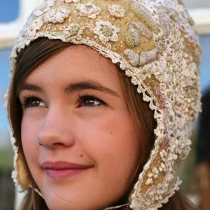 Harpa Jónsdóttir: bonnet tricoté, feutré, rebrodé
