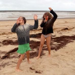 Les pulls islandais Olga à la plage