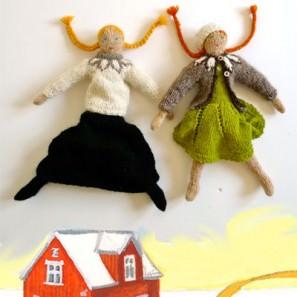 Deux poupées tricotées