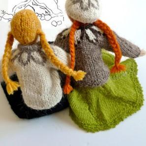 Deux poupées en tricot, deux amies
