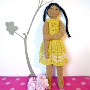 Nanako, une poupée tricotée pour aider le Japon