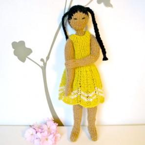 Nanako, une poupée en tricot pour aider le Japon