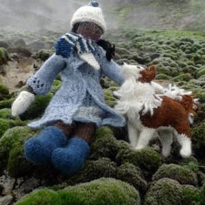 Smali le chien islandais et Olivia la poupée