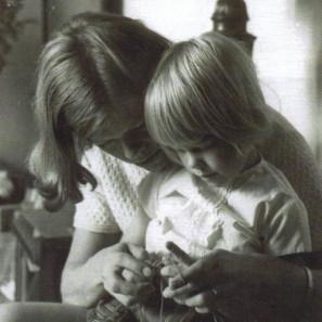 Ásdis apprend à tricoter