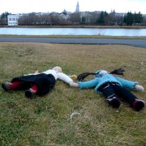 Brynja et Theodora jouent pour se réchauffer