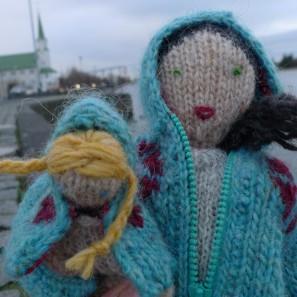 Brynja et sa poupée Gudrun