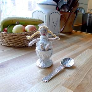 Au milieu de la cuisine trône un énorme trophée argenté décoré d'un couple élégant de danseurs, dans lequel est assise Guðrún, la poupée de Brynja