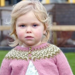 Gilipeysa rose tricoté avec Gilitrutt, taille 2 ans