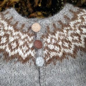 Gilipeysa tricoté avec Gilitrutt et avec boutons en peau de saumon